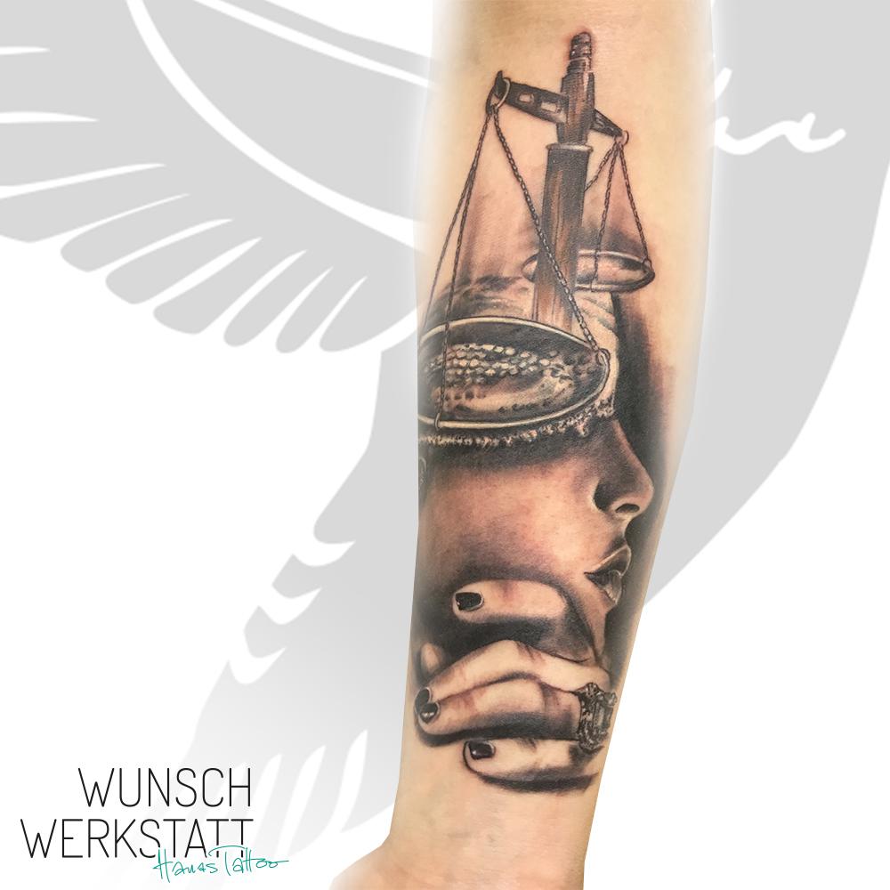 Tattoo mit Waage und Gesicht