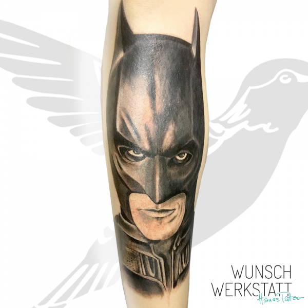 """""""Weil er der Held ist, den Gotham verdient. Aber nicht der, den es gerade braucht. Also jagen wir ihn. Weil er es ertragen kann. Denn er ist kein Held. Er ist ein stiller Wächter, ein wachsamer Beschützer. Ein dunkler Ritter."""""""