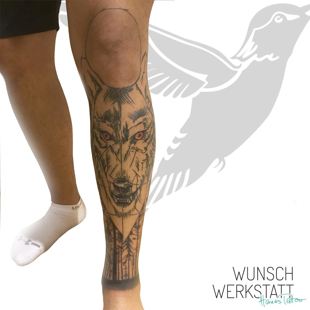 unfertiges Tattoo von Hana aus Ihrer Wunschwerkstatt. Ein Wolf mit Wald auf dem Schienbein