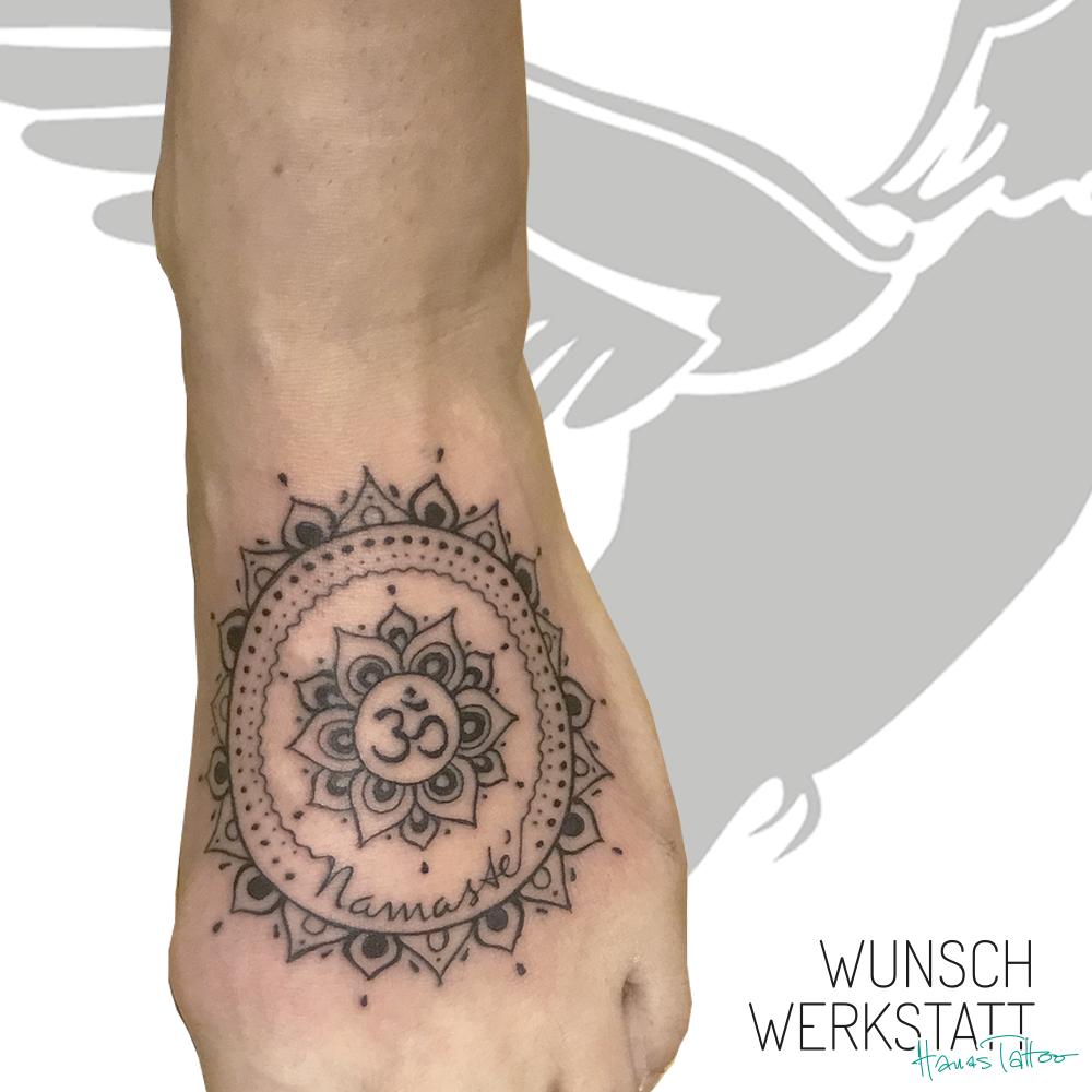 Hanas Wunschwerkstatt Tattoo Fuß Om mit Mandala Namaste