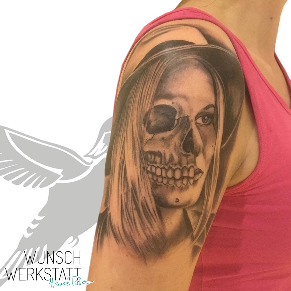 Hanas Tattoo Wunschwerkstatt Oberarm halb Frau - halb Skelett