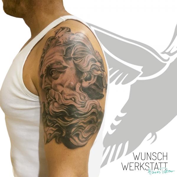 Hanas Tattoo Oberarm Tattoo Kopf einer Statue
