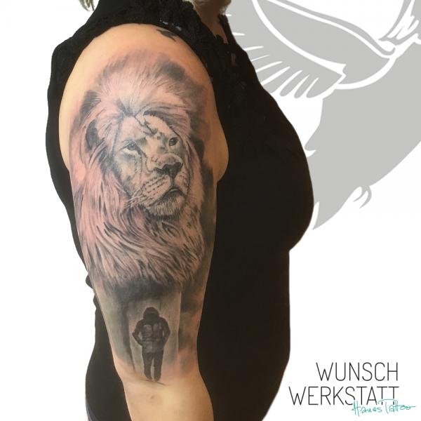 tattoo löwe oberarm hanas wunschwerkstatt