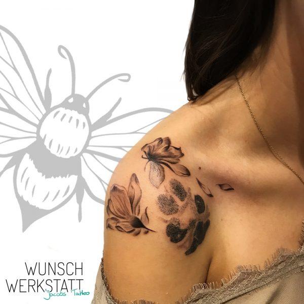 Jacob Tattoo Wunschwerkstatt Magnolie und Hundepfote auf Schulter (Würzburg)