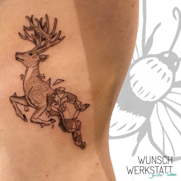 Jacob Wunschwerkstatt Tattoo grafisch Hirsch auf Rippen