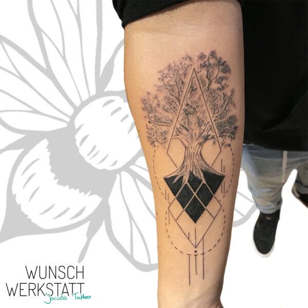 Tattoo Wuerzburg Jacob Wunschwerkstatt Geometrie & Baum